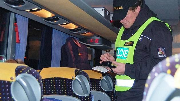 Desítky lidí, cestujících linkovými autobusy z České republiky a do tuzemska prověřovala v noci ze středy na čtvrtek na hraničním přechodu v Rozvadově Cizinecká policie ČR.