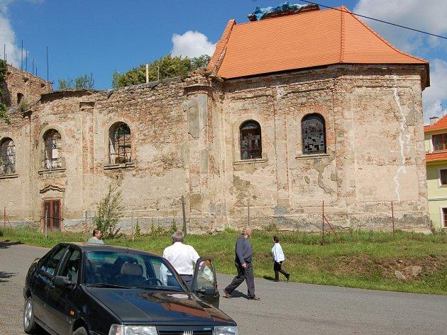Takto vypadá lestkovský kostel dnes. V pravé části můžeme vidět střechu opravenou, vlevo chybí úplně.