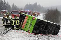 Nehoda autobusu a dvou kamionů na dálnici D5 u Mlýnce