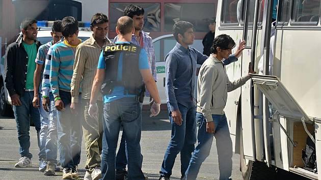 Policie zadržela na dálnici D5 několik desítek uprchlíků. Převážel je velký nákladní vůz