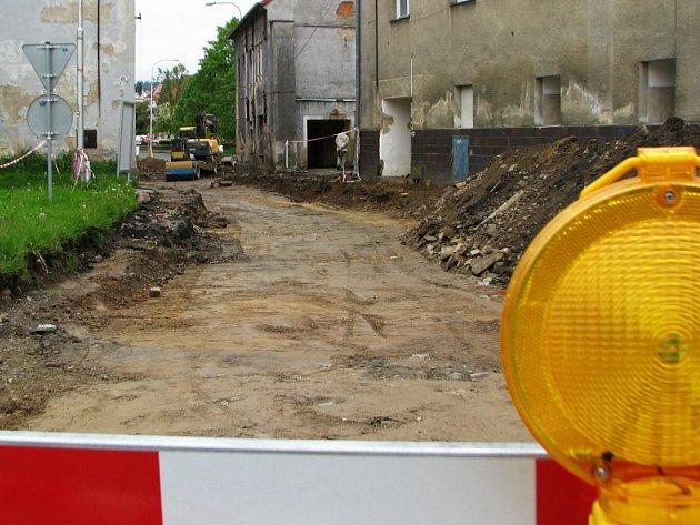 MEZIBRANSKÁ (na snímku) v Plané tvoří západní vjezd na náměstí Svobody. V současné době je uzavřena pro veškerý provoz. Výsledkem první etapy rekonstrukce bude povrch z kostek a souběžný mimoúrovňový chodník.