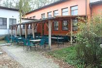 Areál dětského tábora v Boněticích v podzimním období.
