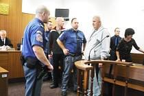 SOUDNÍ ESKORTA přivedla ve čtvrtek ráno do jednací síně Okresního soudu v Tachově Menyhérta Sáse (tmavá tepláková souprava) a Zoltána Kapinecze (světlá souprava).
