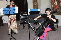 Chiaki Yamazaki a Evelyn Aguirre-Araya při zahájení koncertu v Tachově.
