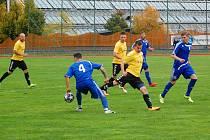 Fotbalisté Sparty Dlouhého Újezda (ve žlutém) v podzimním utkání proti Tachovu.