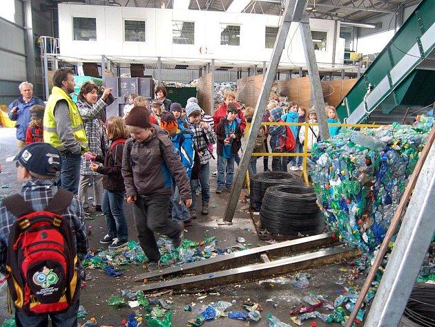 DETI NA SKLÁDCE. Desítky školních výprav využily možnosti seznámit se s provozem skládky v Černošíně. Ve čtvrtek si školáci z Chamu prohlédli například lis na odpad.