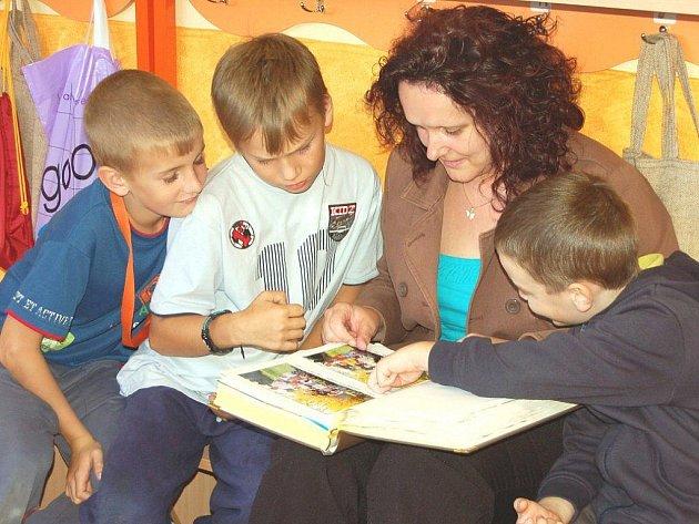 Mateřskou školu v Černošíně přišli v den jejích čtyřicátých narozenin navštívit i někdejší absolventi, kteří chodí do základní školy. Se zájmem si prohlédli kroniku školky.