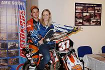 RUDOLF WESCHTA propůjčil svou motorku jedné z účastnic autogramiády. V jednu chvíli to až vypadalo, že spolu chtějí odjet.