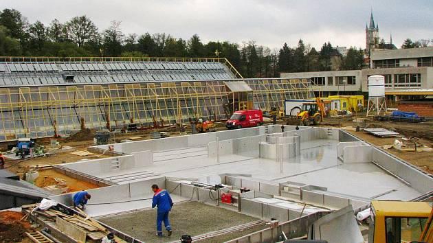 Bazén v Tachově v době stavby.