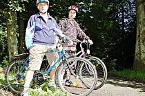 Pan Ruda Přech se svým vnukem Jiřím využili slunečného dopoledne k vyjížďce na kolech po cyklotrase vedoucí přes alej do Světců s cílem pokochat se přehradou Lučina.