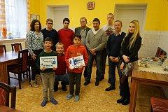 Předání daru Dětskému domovu v Tachově.