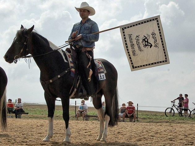 Dovednosti, um, postřeh a souhru s koněm prokazovali v několika disciplínách soutěžící na kříženeckém ranči.
