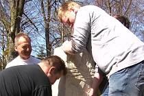 Členové sdružení Via Carolina z Bärnau (na snímku) usadili milník na Zlaté cestě u hájovny Obora. Milník je věnovaný Sv. Vojtěchovi.