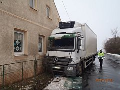 Nákladní vůz narazil do objektu mateřské školy v Tisové.
