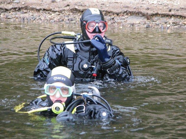 Potápěči prozkoumávali dno vodního díla Lučina.