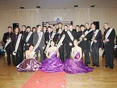 Maturitní třída Střední průmyslové školy Tachov Světce, obor informační technologie, při společném focení při pátečním maturitním plesu.