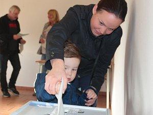V pátém volebním obvodě v Tachově mělo odvoleno za prvních 90 minut sto voličů.