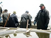 Čtvrtečním ránem oficiálně začal výlov největšího rybníku na území Tachovska, Regentu. Stovky návštěvníků hned v ranních hodinách neodradilo ani typické podzimní počasí.