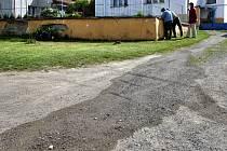 JÍMKA u rodinného domu v Holostřevech prosakuje nejen k sousedům, ale také na veřejné prostranství. Snímek je z konce minulého týdne.