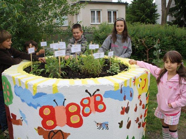BYLINKOVÁ ZAHRÁDKA vznikla ve staré betonové skruži. Děti ji ozdobily různými malůvkami a o bylinky se starají společně se svými učitelkami.