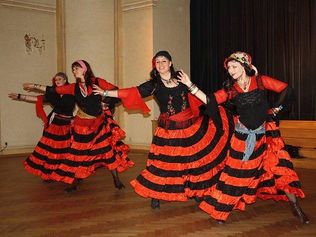 Skupina Mericia tančila ve velkém sále na melodie z muzikálu Carmen.