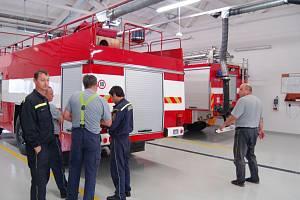 Stavbou nové požární stanice získali profesionální hasiči ve Stříbře moderní prostory. Na snímku úterní směna v garážích nového objektu.