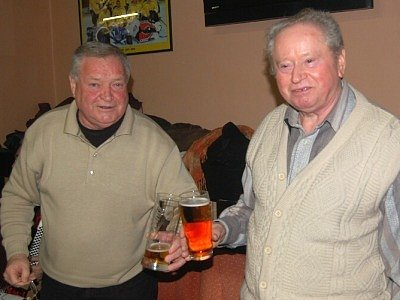 Na hodnotícím zasedání Klubu přátel zlatého moku v Tachově si na zdraví připili také Jiří Holakovský a Josef Němec (zleva).