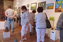 Výstava obrazů, fotografií, keramiky, soch a dalších uměleckých děl byla zahájena v pátek slavnostní vernisáží.