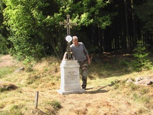 JAKO NOVÝ je nyní křížek z roku 1899, který opravil Václav Vobořil. Památka  opět stojí na svém původním místě na louce u lesa za Studánkou směrem na Lesnou.