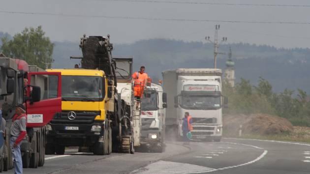 Oprava vozovky silnice mezi Planou a Kočovem