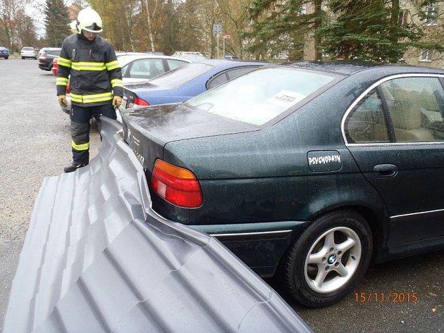 V Tovární ulici v Tachově odnesl vítr ze střechy plechy, které přistály na parkovišti a lehce poškodily automobily.