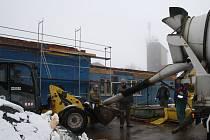 BUDOVA HASIČSKÉ ZBROJNICE v Přimdě prochází rekonstrukcí. Na jejím konci budou mít hasiči moderní budovu se zázemím.