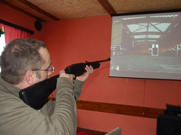 Milan Klas představil, jak funguje laserová střelnice, v tachovském regionu zatím ojedinělé zařízení.