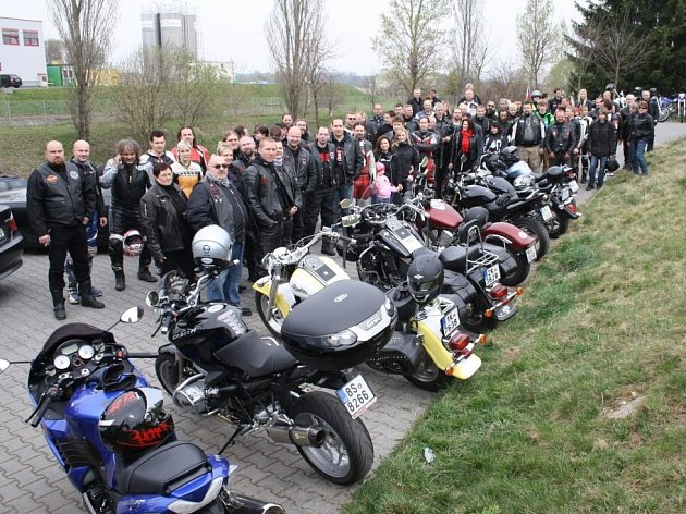 Příznivé počasí přilákalo na první míli desítky motorkářů, kteří přijeli na sedmdesáti motorkách.