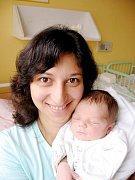 Mirek Malina z Plané je štěstím bez sebe, protože jeho prvorozený syn Tomášek (3,60 kg/51 cm), kterého mu porodila 22. července půlhodiny před polednem v Mulačově nemocnici Kateřina Egerová, je mu moc podobný.