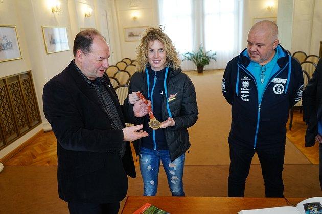 Závodnice Olga Ollie Roučková a mechanik Václav Hucl  byli slavnostně uvítání na tachovském zámku