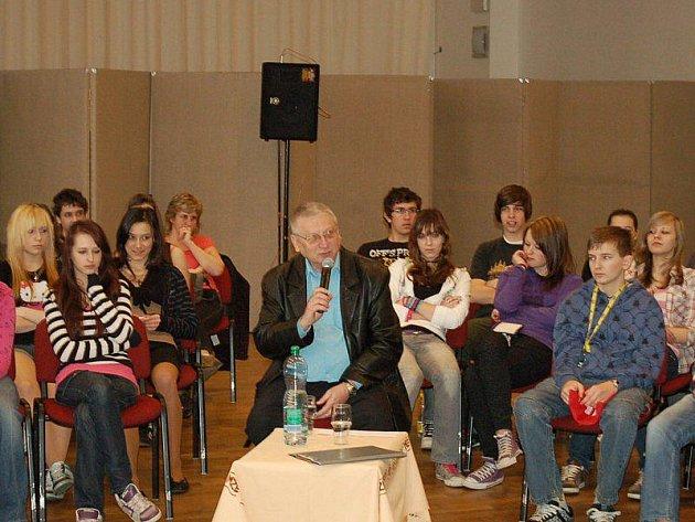 Starosta města Tachova Ladislav Macák diskutoval ve středu 7. dubna se studenty a žáky tachovských škol.