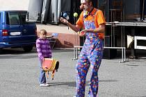 KLAUN FÍLA ukázal dětem a své asistentce Lucince, jak umí žonglovat. Představení měl hned několik.