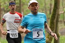 Jeden z hlavních organizátorů seriálu Běžec Tachovska Jiří Trávníček (č. 5) při loňském Běhu Kermi ve Stříbře.