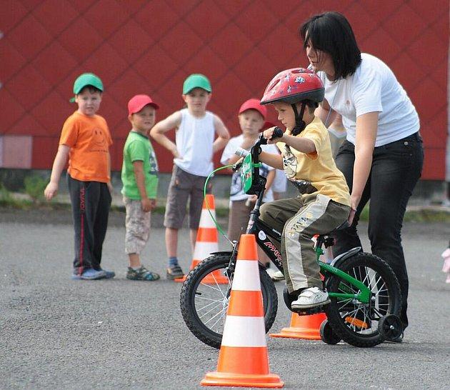 Děti z mateřinek se učily na dopravním hřišti