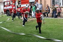 Součástí oslav byla ukázka vystoupení mladých hasičů.