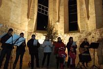 Štědrovečerní zpívání znělo v kostele v Otíně
