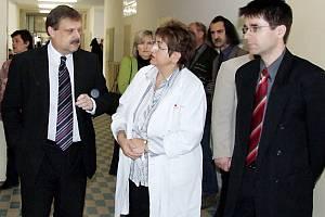 Při předání díla se setkali poslanec Václav Votava, ředitelka polikliniky Hana Bultasová a místostarosta Petr Myslivec (zleva)