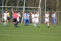 Baník Stříbro (bílé dresy) bude v nové sezoně v krajském přeboru nejvýše hrajícím klubem z tachovského okresu.