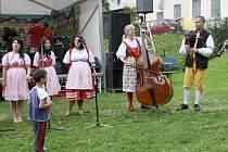 FOLKLORNÍ SOUBOR Kaštánek, který v sobotním programu vystoupil, tvoří děti z tachovského dětského domova. Na hudební nástroje je doprovázejí pracovníci zařízení.