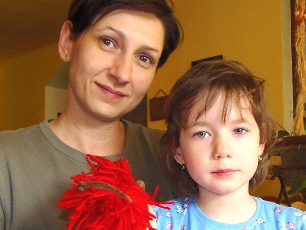 Petra Potocká s dcerou Michalkou. Dobročinný koncert pomůže získat peníze na lázně, které Michalce pomáhají.