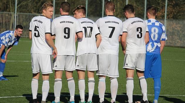 Favoritem duelu úvodního kola fotbalového Poháru PKFS s Dynamem Studánka budou hráči Baníku Stříbro (bílé dresy).