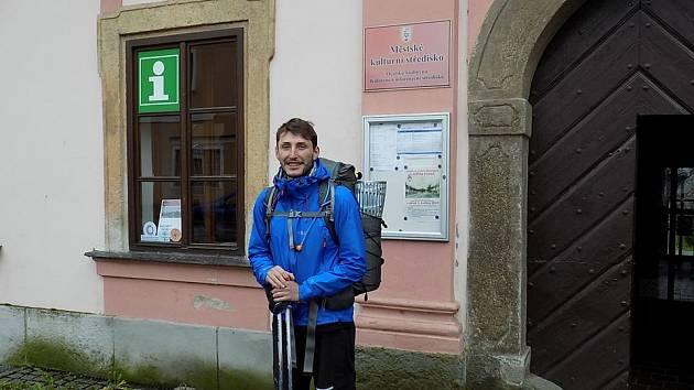 JEDNA ZE ZASTÁVEK Václava Malinského vedla i do Plané do místní MKS. Zde strávil příjemnou chvilku povídáním o své dobročinné cestě, která není jeho jedinou.