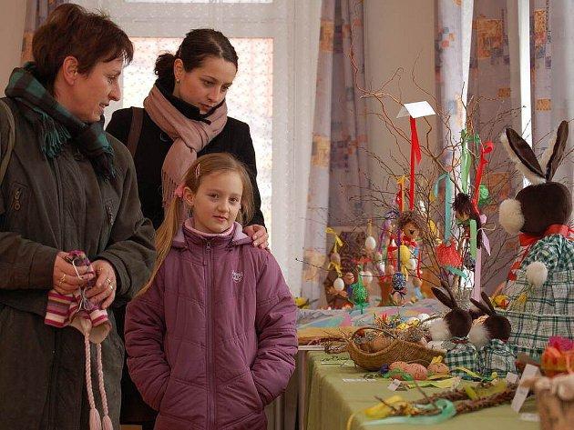 Výstavu si přišla prohlédnout v sobotu také Marie Sudorová (na snímku vlevo) se svojí dcerou a vnučkou.