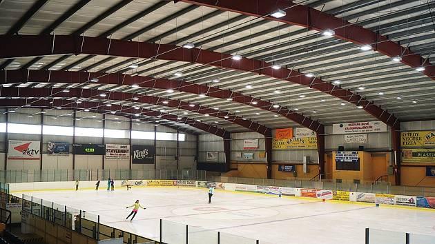 Na plochu tachovského zimního stadionu od června dopadá světlo z nového osvětlení.